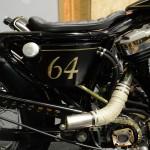 Le bac à huile: comme pour le reste des pièces de carrosserie, une peinture noire agrémentée d'une déco en filets et lettrage couleur or ainsi qu'une touche de feuille d'or.