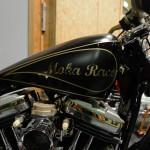 Le réservoir: peinture noire mate agrémentée d'une déco en filets noirs brillants et lettrage couleur or.