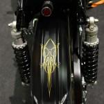 Le garde boue arrière est une base de noire satiné avec un motif or type Pinstriping.