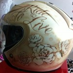 peinture personnalisée blanc nacré or et filets brun... des roses , des lettrages, le tout en tons sur tons de brun et de beige nacré