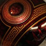 detail des motifs d'inspiration Azteque, realisés en noir et or sur fond rouge metal flakes